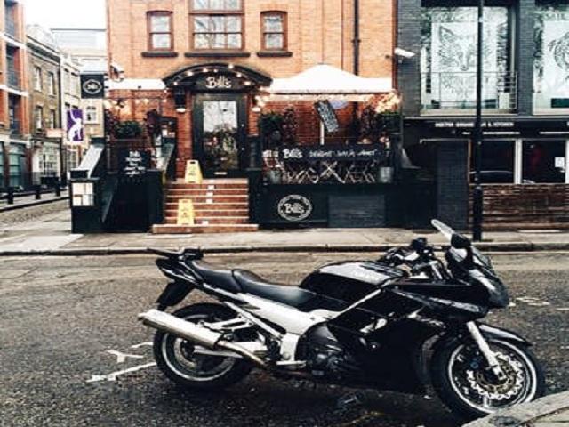Motorcykel parkerad på gata