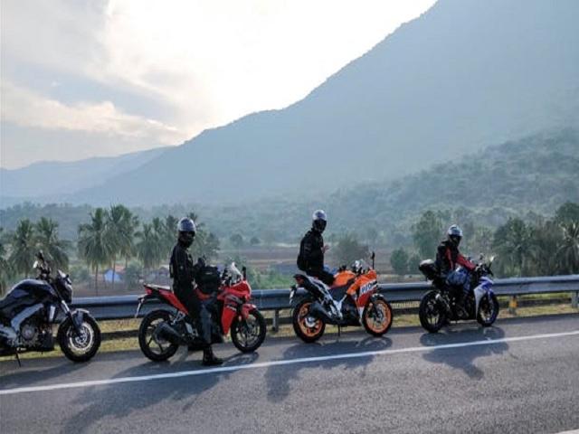 Fyra motorcyklar på rad